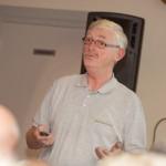 Cees met een presentatie voor HartVeilig wonen in de Oude Leede in Pijnacker